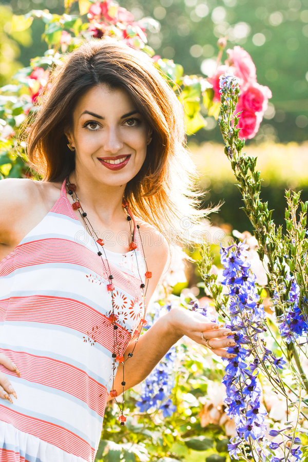 Download Mujer hermosa en jardín foto de archivo. Imagen de floral - 7151720