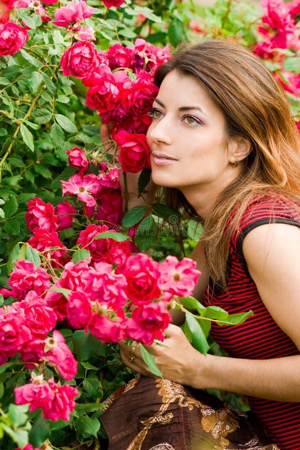 Mujer hermosa en jardín fotografía de archivo libre de regalías