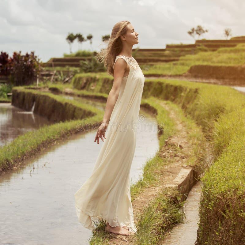 Mujer hermosa en la alineada blanca Terrazas del arroz fotografía de archivo libre de regalías