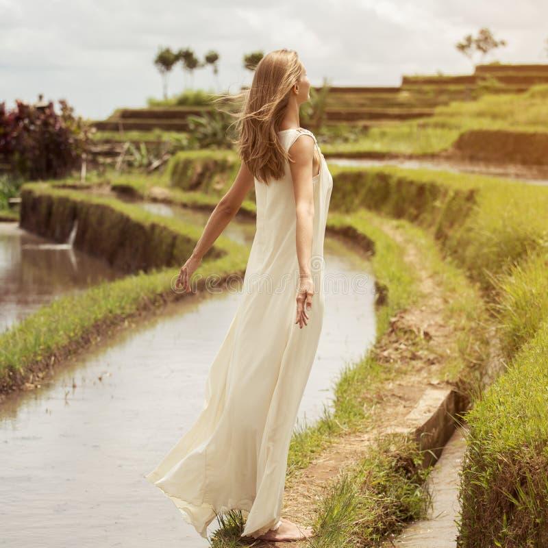 Mujer hermosa en la alineada blanca Terrazas del arroz imagenes de archivo