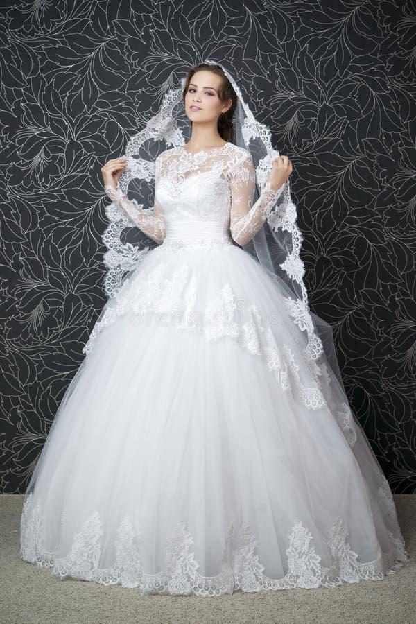 Download Mujer Hermosa En La Alineada De Boda Blanca Imagen de archivo - Imagen de largo, decoración: 42440917