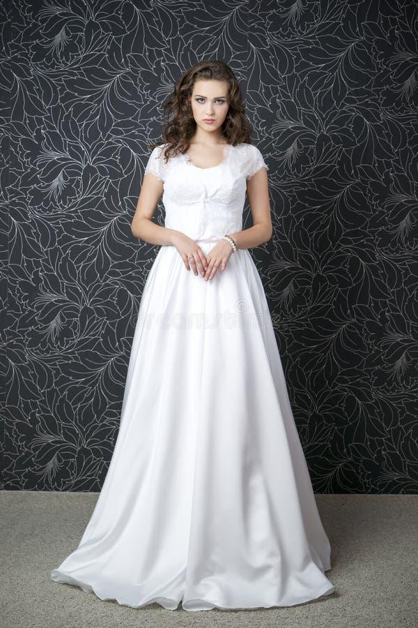 Download Mujer Hermosa En La Alineada De Boda Blanca Imagen de archivo - Imagen de hairstyle, decoración: 42440955