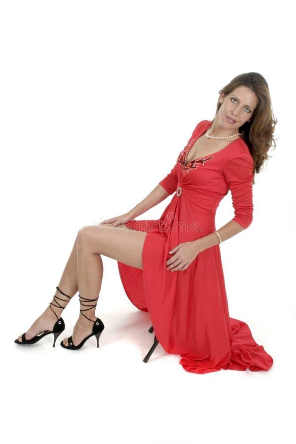 Mujer hermosa en la alineada roja 1 foto de archivo libre de regalías
