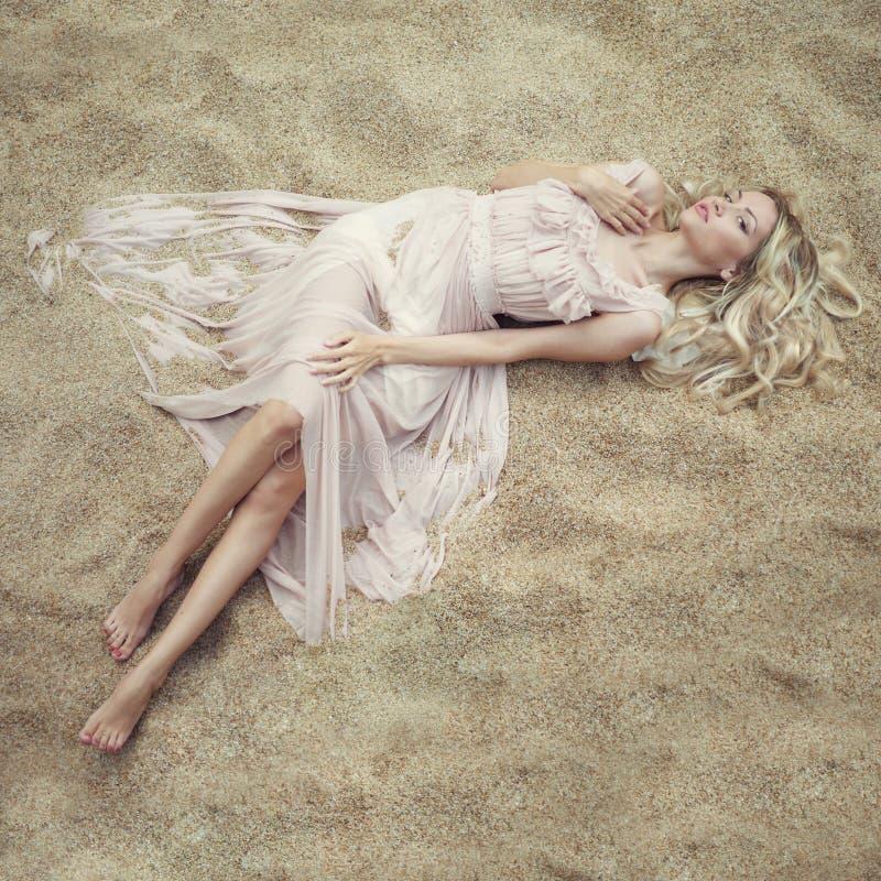 Mujer hermosa en la arena foto de archivo libre de regalías