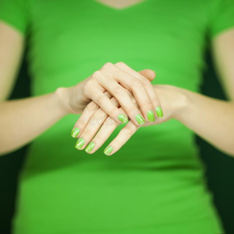 Mujer Hermosa En La Camisa Verde Que Muestra Sus Manos Con El ...