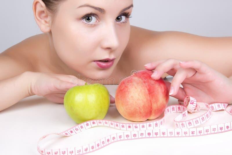 Mujer hermosa en la dieta. Pierda el peso, forma de vida sana imágenes de archivo libres de regalías