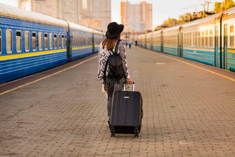 Mujer hermosa en la estación de tren fotos de archivo