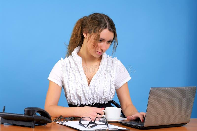 Mujer hermosa en la oficina imagen de archivo