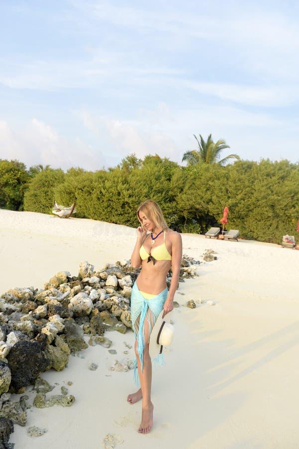 Mujer hermosa en la playa imagen de archivo libre de regalías