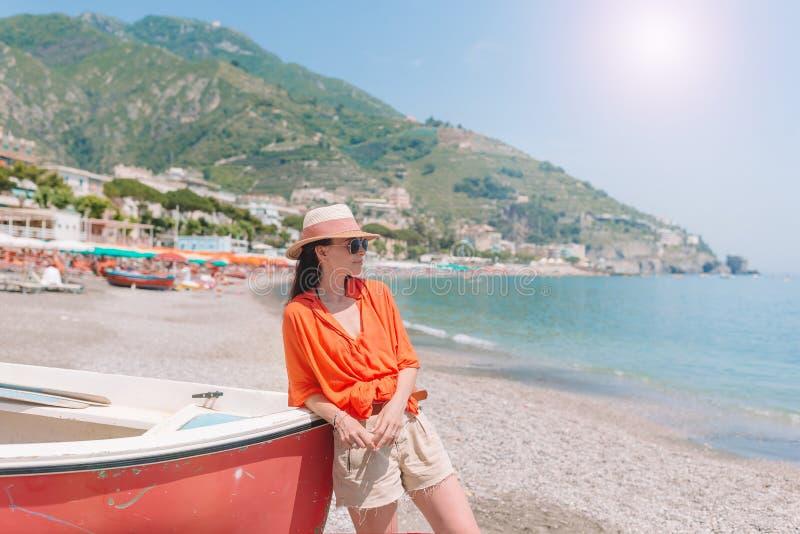 Mujer hermosa en la playa en la costa de Amalfi en Italia foto de archivo libre de regalías