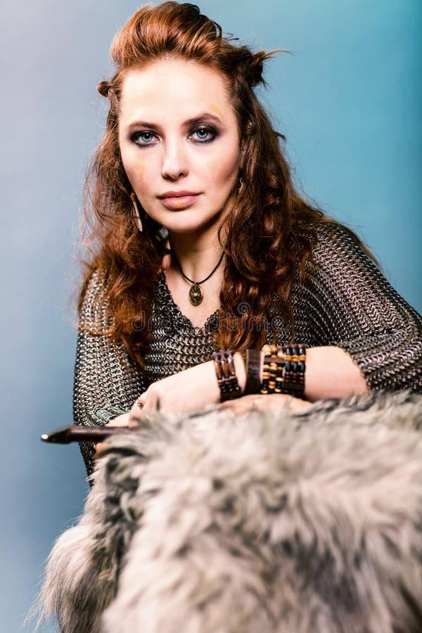 Mujer hermosa en la ropa de vikingo imagen de archivo libre de regalías