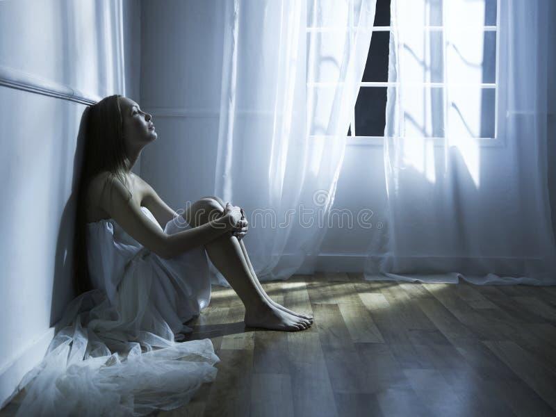 Mujer hermosa en la ventana fotos de archivo