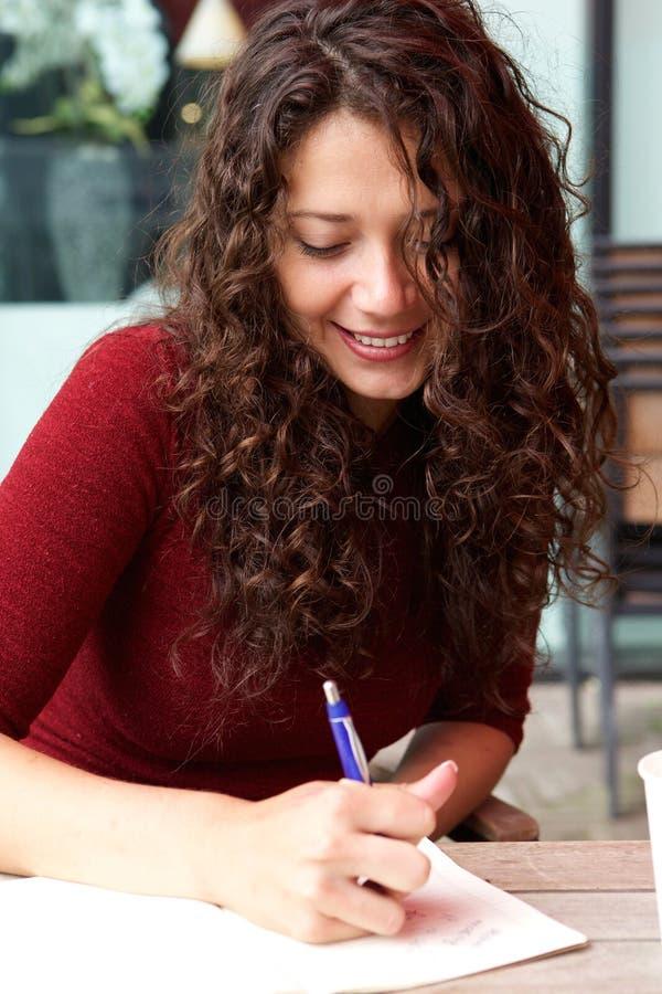 Mujer hermosa en las notas del café y de la escritura imágenes de archivo libres de regalías