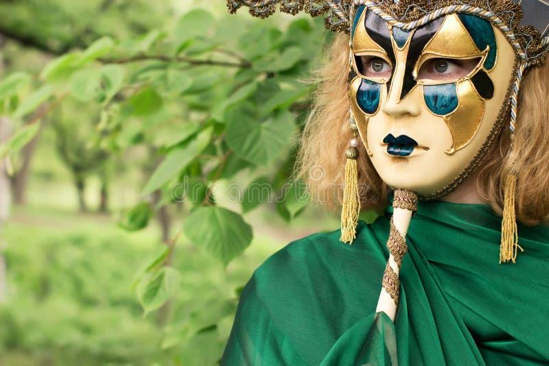 Mujer hermosa en máscara del carnaval imagenes de archivo