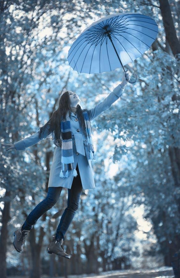 Mujer hermosa en parque del otoño foto de archivo libre de regalías