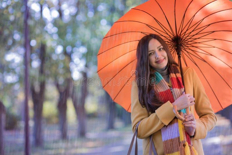 Mujer hermosa en parque del otoño fotografía de archivo