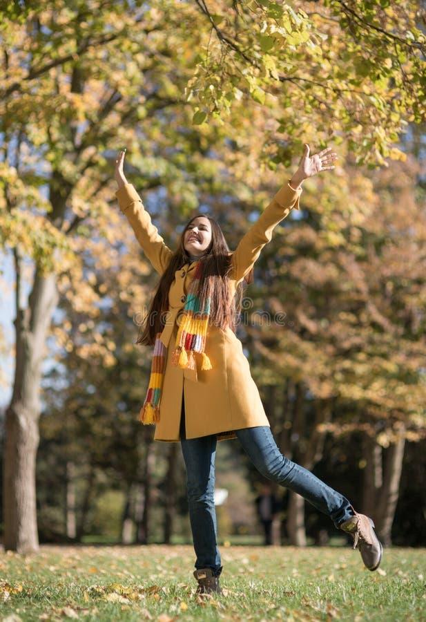 Mujer hermosa en parque del otoño imagenes de archivo