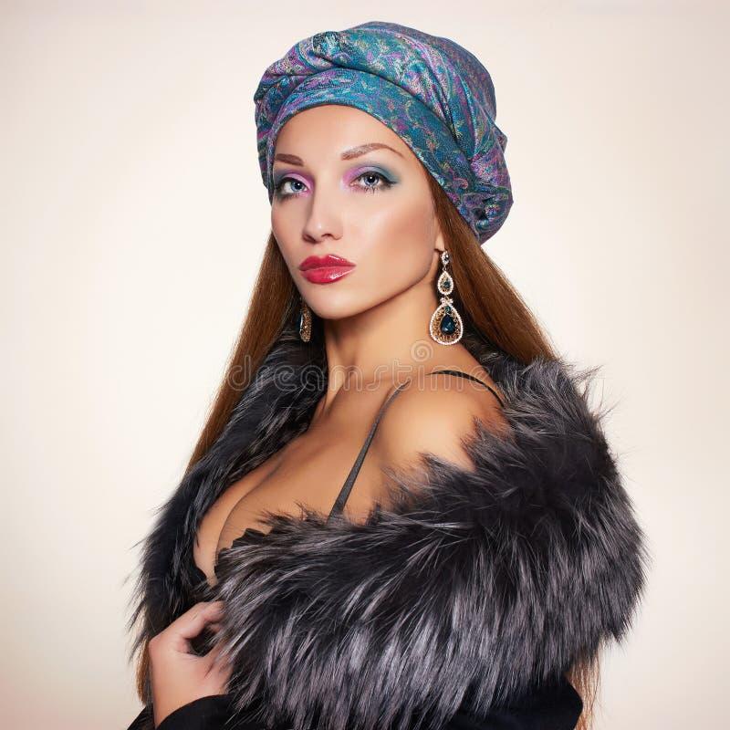 Mujer hermosa en piel y turbante imagen de archivo