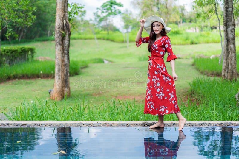 Mujer hermosa en piscina imágenes de archivo libres de regalías