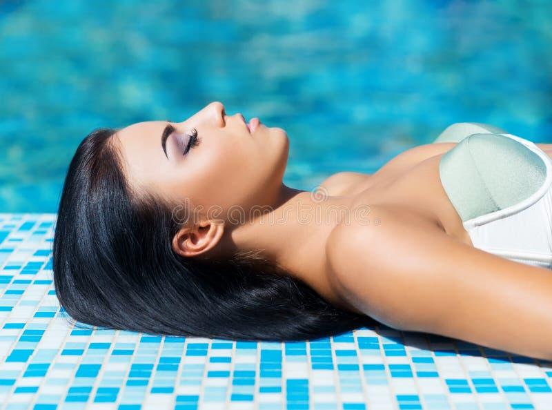 Mujer hermosa en piscina al aire libre Retrato del balneario imagenes de archivo
