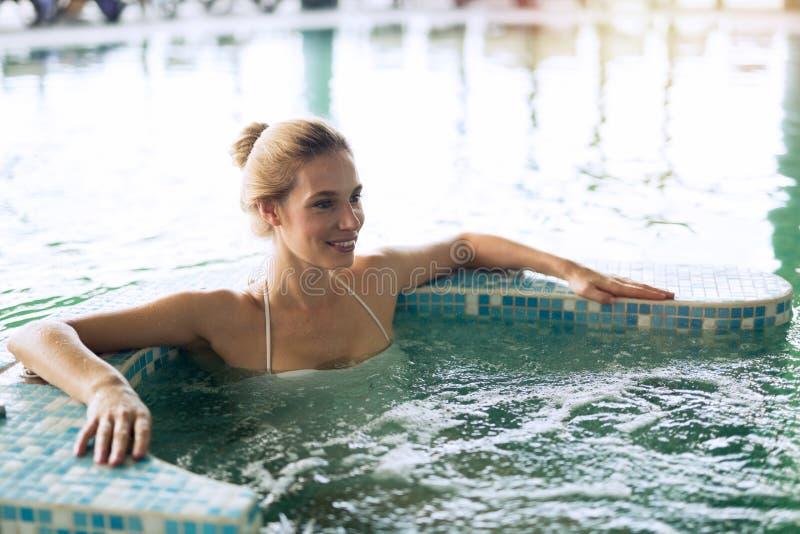 Mujer hermosa en piscina del balneario imágenes de archivo libres de regalías