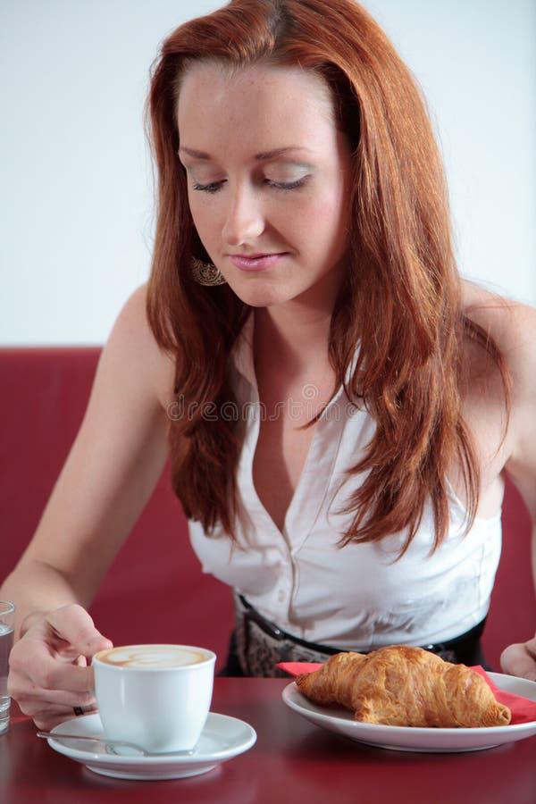 Mujer hermosa en restaurante foto de archivo