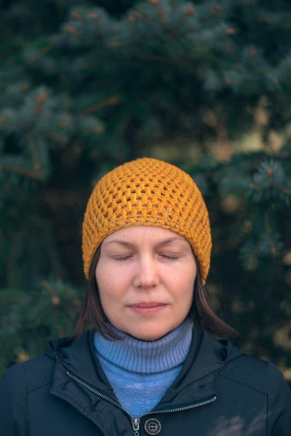 Mujer hermosa en retrato del headshot 40s en parque foto de archivo libre de regalías