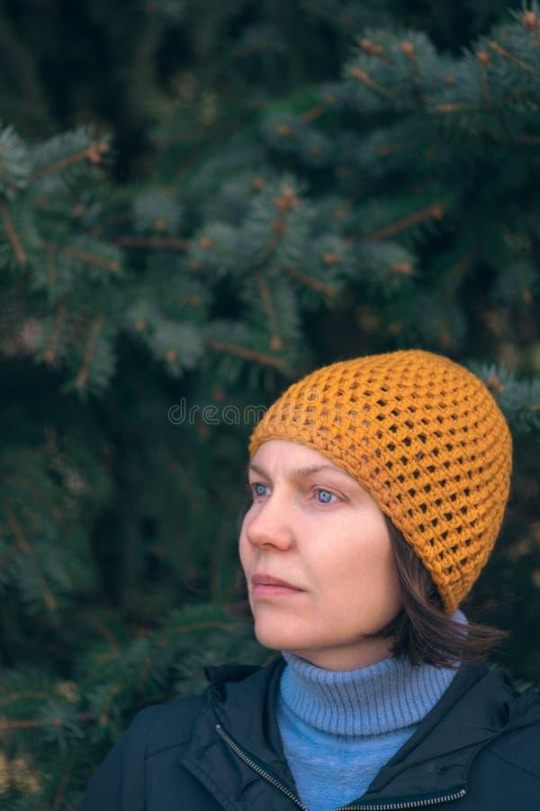 Mujer hermosa en retrato del headshot 40s en parque fotos de archivo