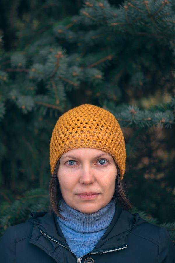 Mujer hermosa en retrato del headshot 40s en parque fotografía de archivo