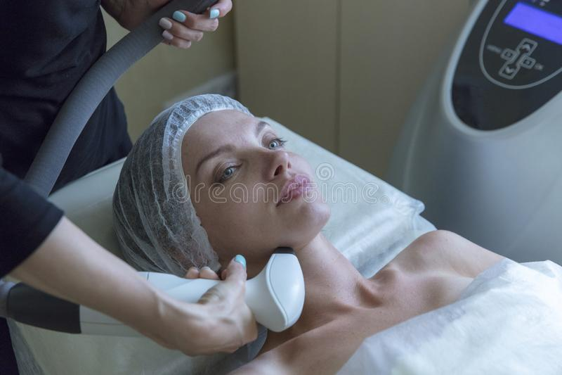 Mujer hermosa en salón de belleza profesional durante el procedimiento de elevación de radio imagen de archivo libre de regalías