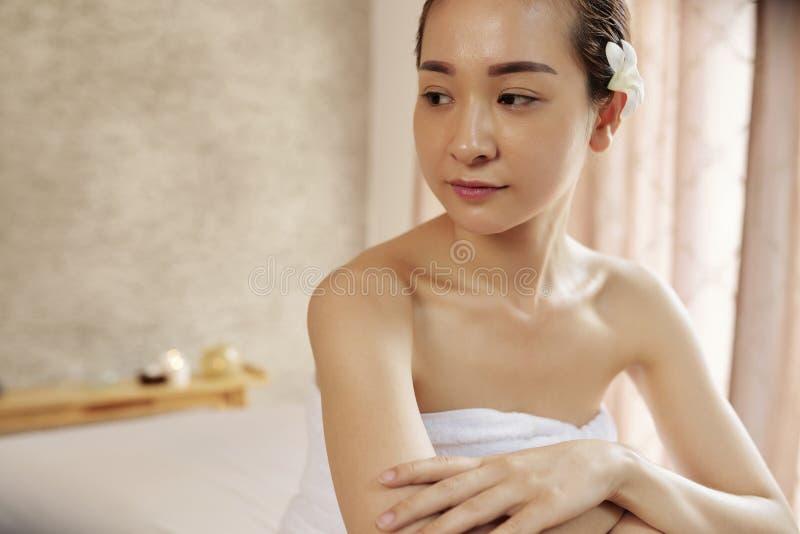 Mujer hermosa en sal?n del balneario imagen de archivo libre de regalías
