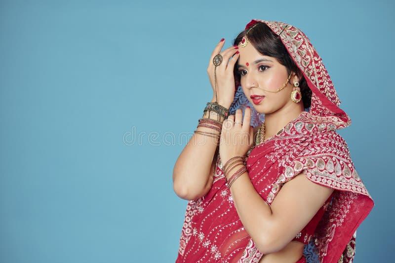 Mujer hermosa en sari tradicional fotografía de archivo libre de regalías