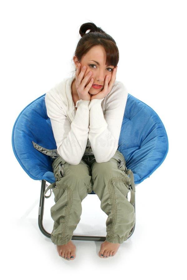 Mujer hermosa en silla foto de archivo libre de regalías