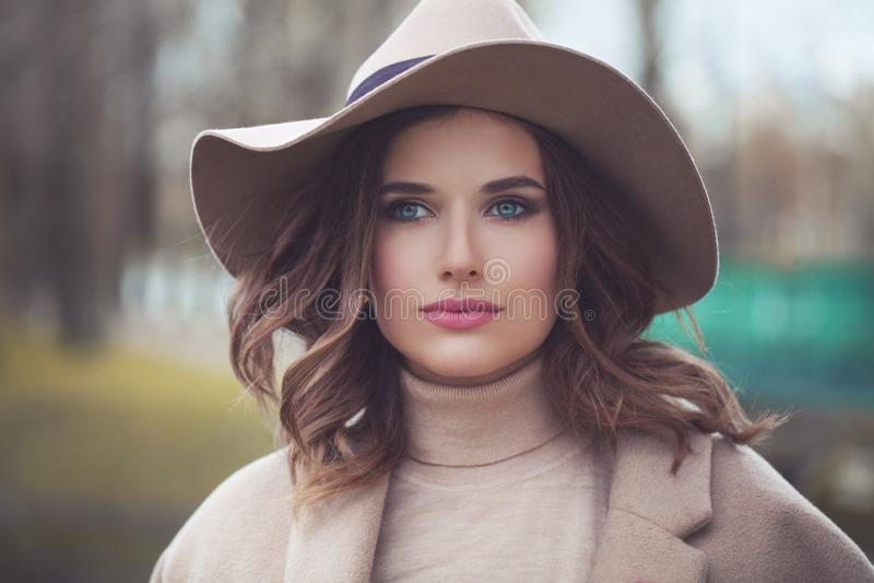 Mujer hermosa en sombrero de moda foto de archivo libre de regalías