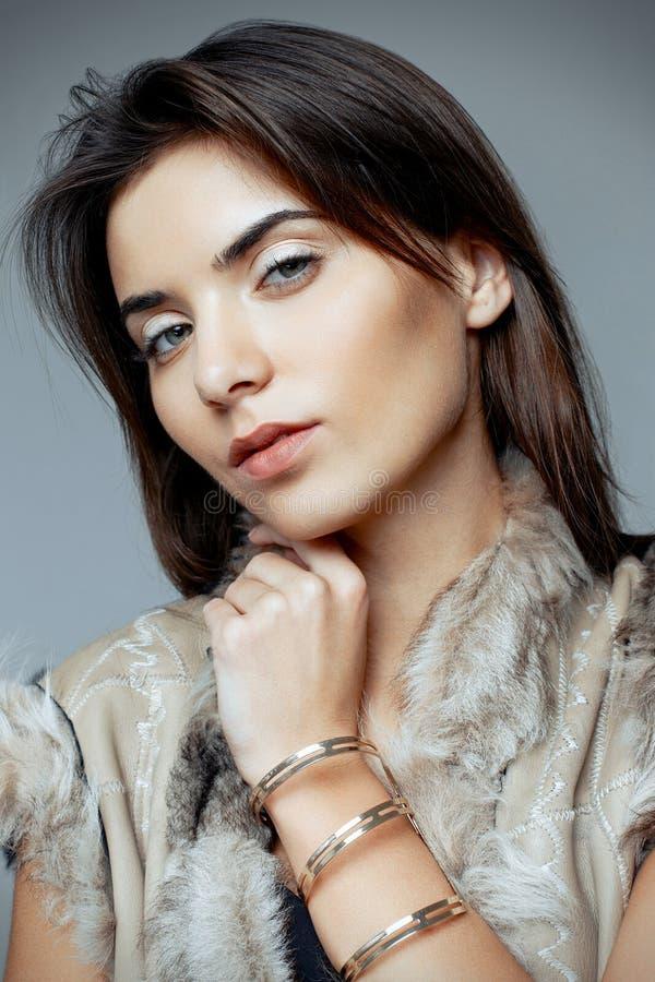 Mujer hermosa en un chaleco de la piel fotos de archivo
