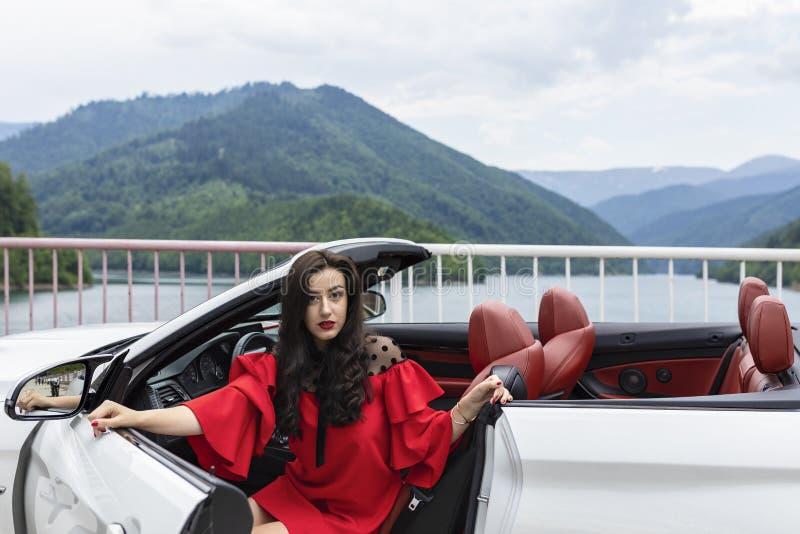 Mujer hermosa en un coche convertible que disfruta de un día de verano imágenes de archivo libres de regalías