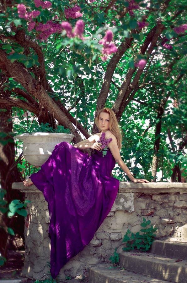 Mujer hermosa en un día soleado fotografía de archivo libre de regalías