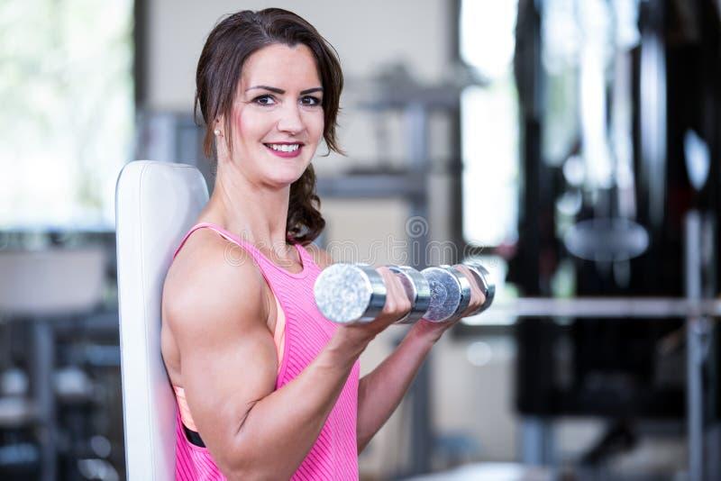 Mujer hermosa en un gimnasio foto de archivo