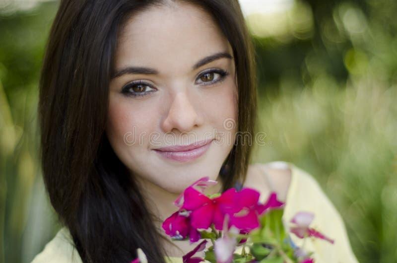 Mujer hermosa en un jardín fotos de archivo