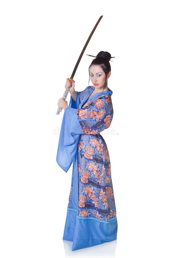 Mujer hermosa en un kimono con la espada del samurai fotografía de archivo