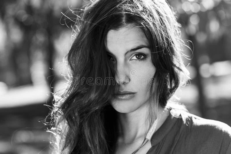 Mujer hermosa en un parque urbano foto de archivo
