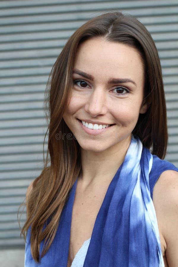 Mujer hermosa en un vestido azul que sonríe - imagen común foto de archivo libre de regalías