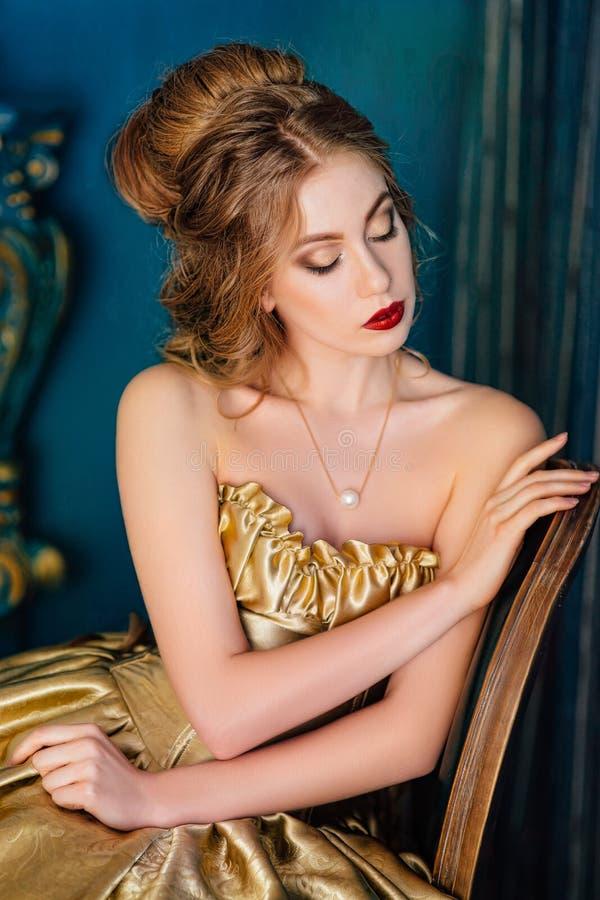 Mujer hermosa en un vestido de bola imagenes de archivo
