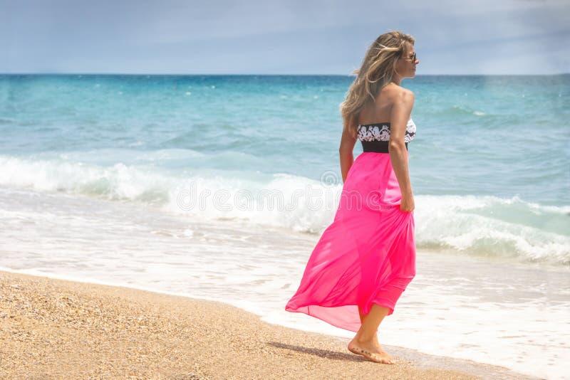 Mujer hermosa en un vestido que camina en la playa Mujer relajada que respira el aire fresco, mujer sensual emocional cerca del m fotos de archivo