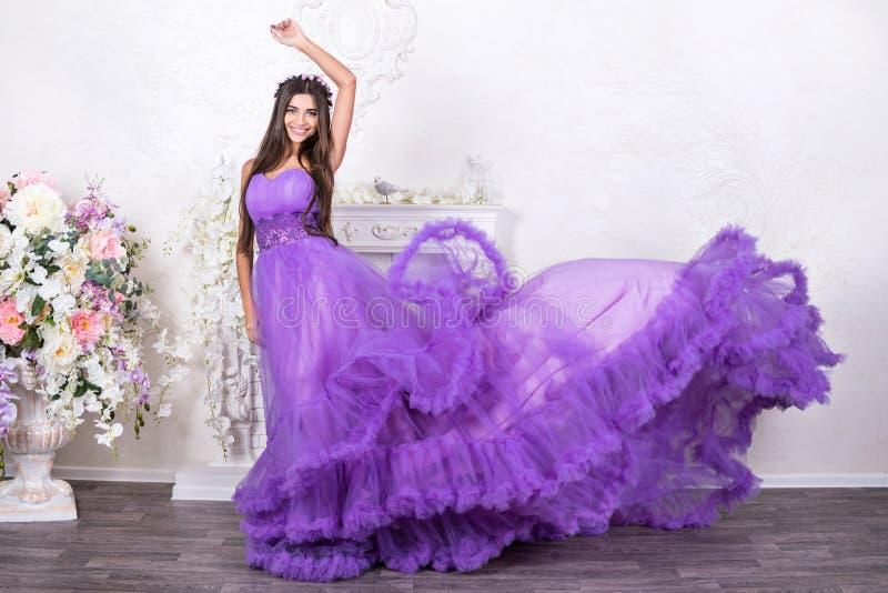 Mujer hermosa en un vestido que fluye imagenes de archivo