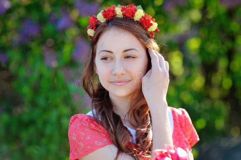 Mujer hermosa en una guirnalda imagen de archivo libre de regalías