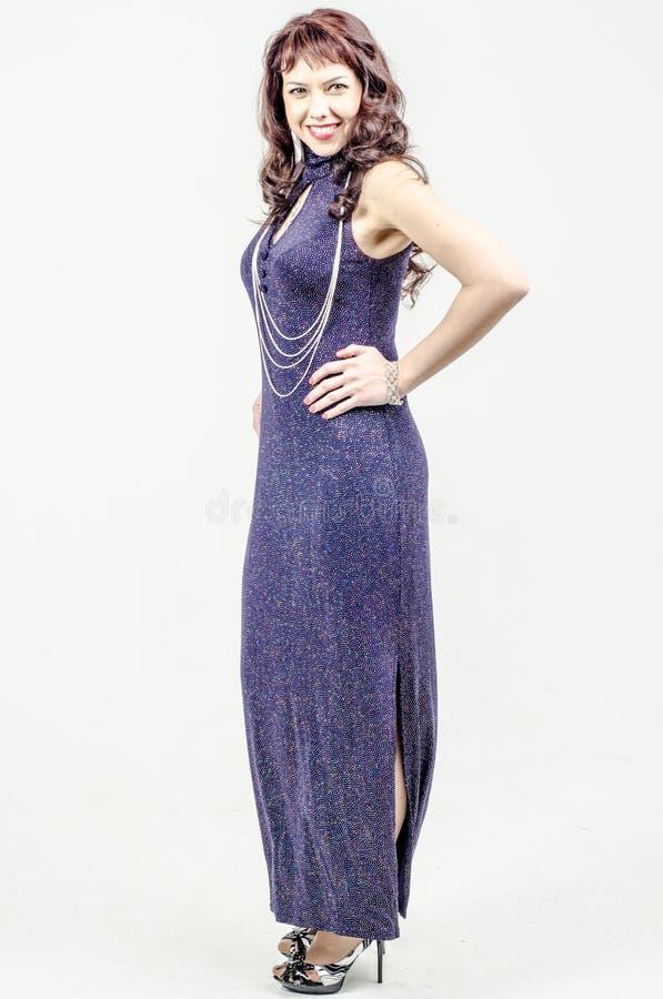 Mujer Hermosa En Vestido Azul Marino Con El Cóctel Largo De Las ...