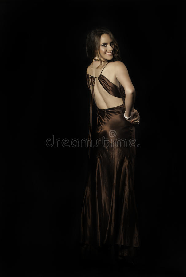 Mujer hermosa en vestido del satén fotos de archivo