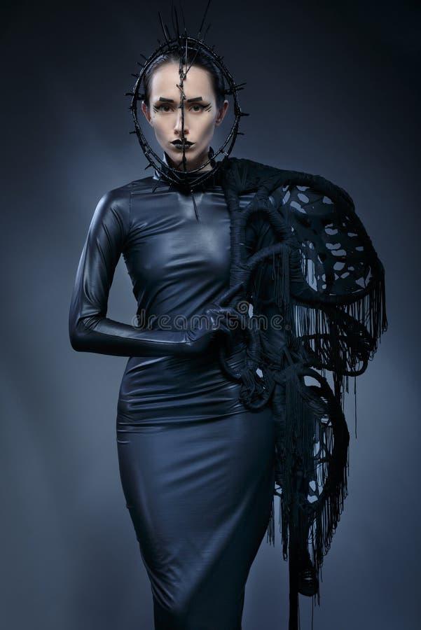 Mujer hermosa en vestido gótico negro La cara que lleva una máscara fotos de archivo libres de regalías