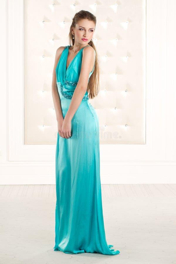 Mujer hermosa en vestido largo del azzure verde imagen de archivo